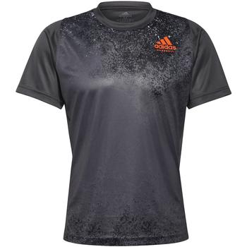 Υφασμάτινα Άνδρας T-shirt με κοντά μανίκια adidas Originals T-shirt  HB Train gris foncé/rouge corail